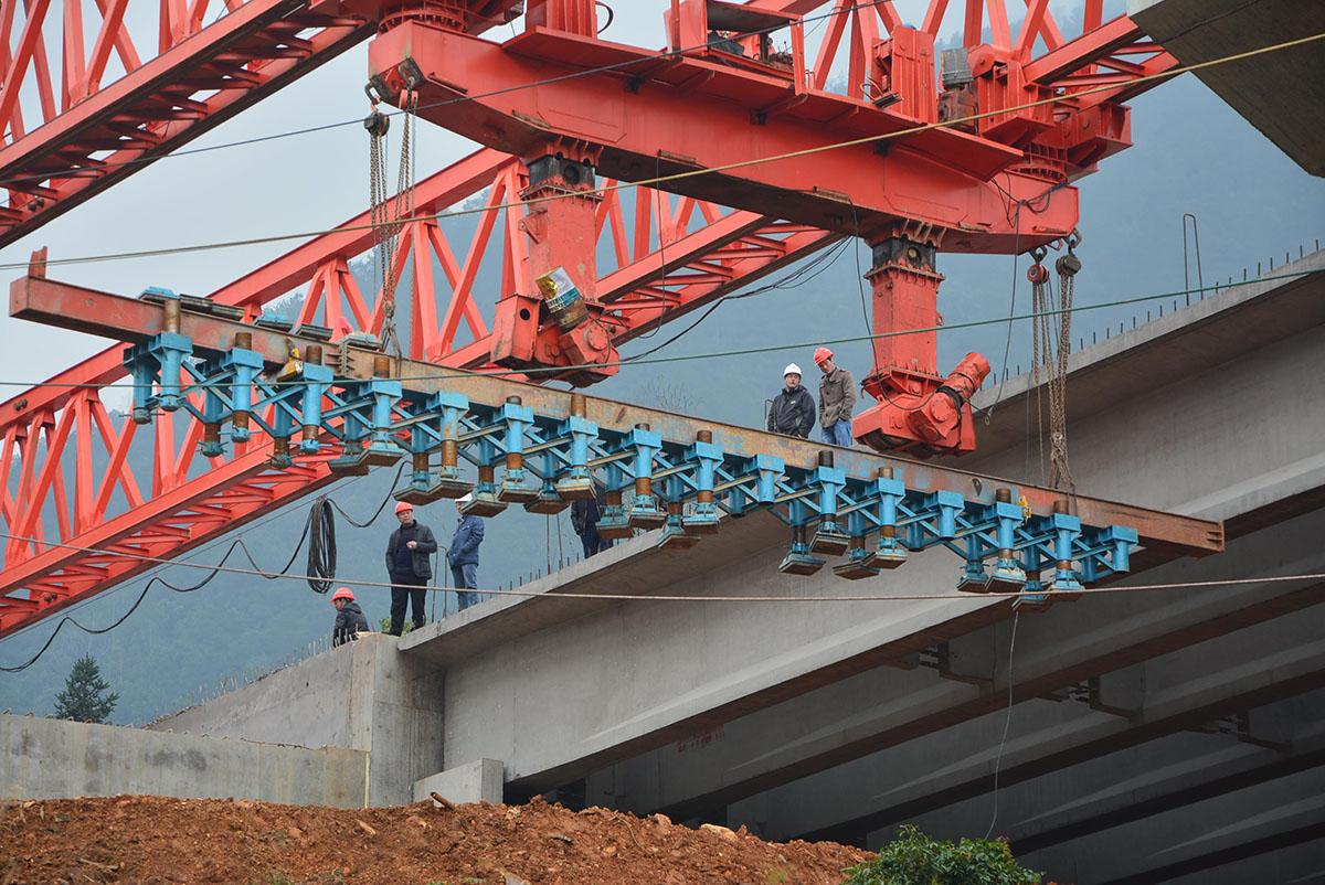 无级调节球铰式多支腿架桥机前横移轨道系统施工图片图片