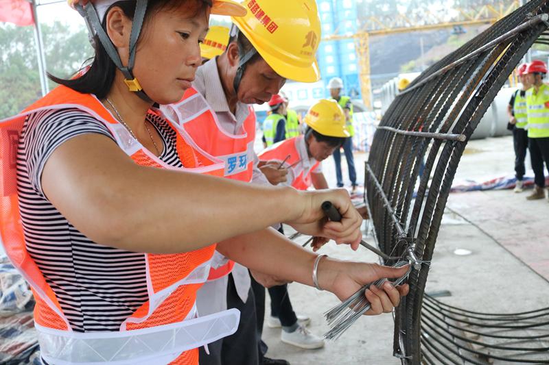 在建项目为沿线群众提供就业岗位并提供就业扶贫技能培训_副本.jpg